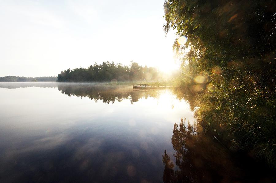Sonnenaufgang über einem See in Schweden